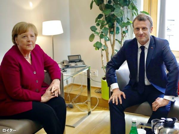 メルケル独首相(左)とマクロン仏大統領に、欧州委員長人事を巡る意見の溝がある=ロイター