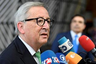 28日、記者団の質問に答えるユンケル欧州委員長=ロイター