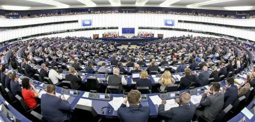 欧州議会、進む分極化 中道2大会派の退潮鮮明に: 日本経済新聞