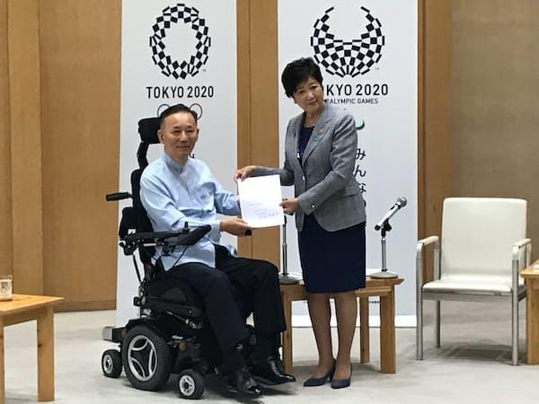 名誉顧問委嘱式で谷垣禎一氏(左)と小池百合子知事(29日、都庁)
