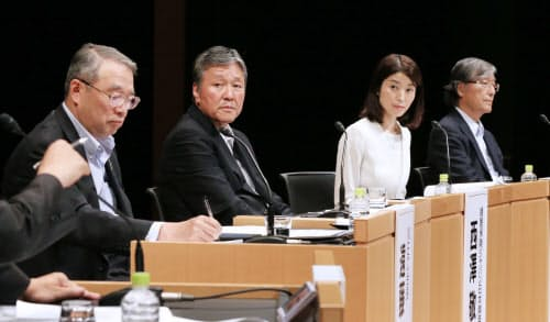 討論する(左から)NECの遠藤会長、損害保険ジャパン日本興亜の西沢社長、三菱総合研究所の武田チーフエコノミスト、日本経済研究センターの小峰研究顧問(29日、東京・大手町)