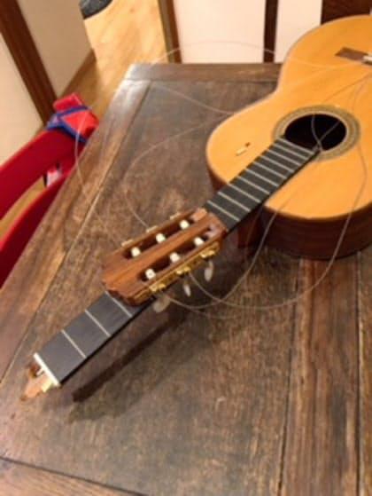 「ナット」と呼ばれる部分が折れたクラシックギター。約30万円の修理費用は火災保険でほぼ補えた