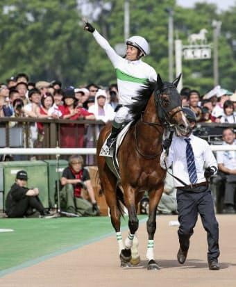 日本ダービーを制したロジャーバローズと、声援に応える浜中俊騎手=共同