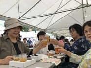 限定ビールなどを楽しむ人でにぎわった(29日、さいたま市)