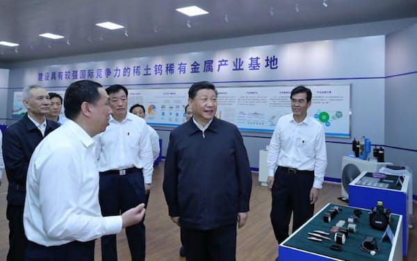 20日にレアアース企業を視察した習近平国家主席(新華社のニュースサイトから)
