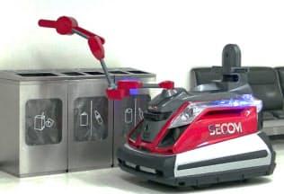 実証実験で点検用アームを使ってゴミ箱内を調べる警備ロボット(成田空港第2ターミナル)
