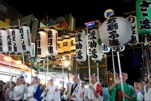 阿波おどり振興協会は昨年、主催者の反対を押し切って演舞場の外で「総踊り」を強行した(2018年8月13日、徳島市)