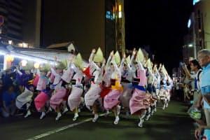 阿波おどり振興協会は昨年、主催者に対する反発から演舞場の外で「総踊り」を強行した(2018年8月13日、徳島市)
