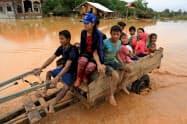 ラオスのダム決壊事故で避難する住民