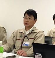 半導体の生産状況について説明する加賀東芝エレの徳永社長(29日、石川県能美市)