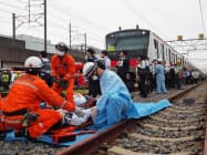 警察や消防とも連携して乗客の対応を訓練した(千葉市の京葉車両センター)