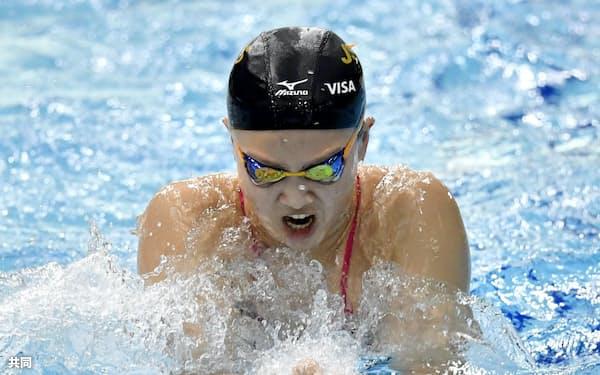 公式練習で調整する渡部香生子(29日、東京辰巳国際水泳場)=共同