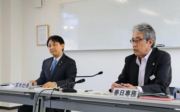 記者会見する玉木社長(左)と春日専務(29日、長野県上田市)