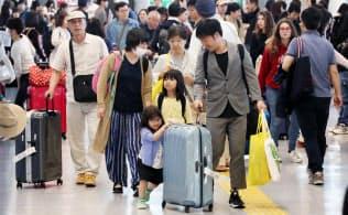 大型連休を海外で過ごした人たちで混み合う成田空港の到着ロビー(5月5日)
