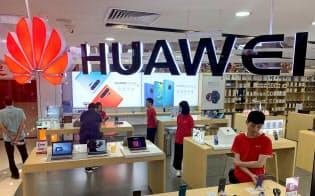 ファーウェイにスマホ部品などを供給する企業の株価が大きく下がっている(29日、広東省広州市)