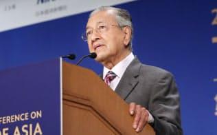 「アジアの未来」で基調講演するマレーシアのマハティール首相(30日午前、東京都千代田区)