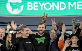 5月2日、ナスダック市場でのIPOを祝福するビヨンド・ミート創業者のイーサン・ブラウンCEO(中央)と関係者たち=ロイター
