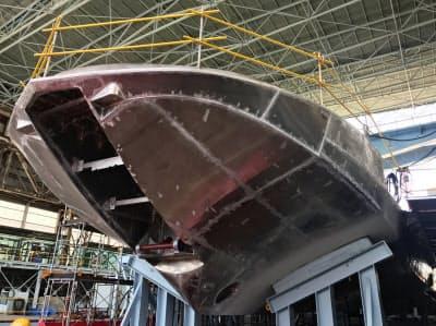 川崎重工業が神戸工場で公開した超高速旅客船「ジェットフォイル」の船体の一部(30日、神戸市)