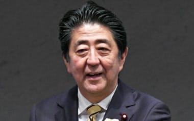 経団連の定時総会であいさつする安倍首相(30日、東京・大手町)