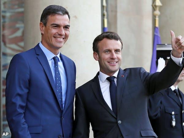 仏大統領府で会談したマクロン仏大統領(右)とスペインのサンチェス首相(左)(27日、パリ)=AP