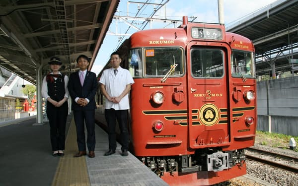 115系を使った観光列車「ろくもん」のスタッフと(写真(中)が玉木社長)