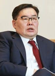 インタビューに答えるモンゴルのゴンボジャヴ・ザンダンシャタル国民大会議議長(30日、東京都千代田区)