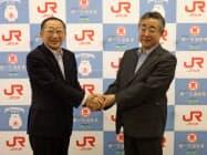 JR九州の青柳社長(左)と第一交通の田中社長
