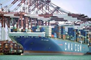 米中摩擦がアジア景気に変調をもたらしつつある(中国山東省青島の港に入った貨物船=2018年7月=AP)