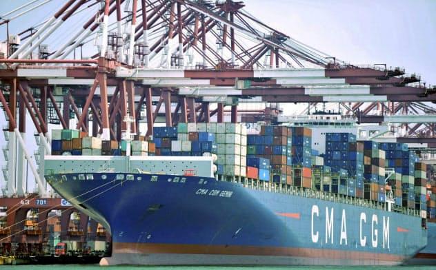 米中の貿易戦争を受けて世界的に貿易や投資が減速している=AP