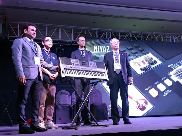 ヤマハが発表した現地生産のキーボード(30日、ムンバイ)
