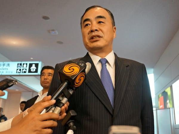 記者団の質問に答える孔鉉佑・駐日中国大使(30日、羽田空港)