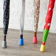 ディノス・セシール(東京・中野)が販売している傘キャップ。傘の先に付けて地面に立てかけたり持ち手の先に付けてテーブルに引っかけたりできる