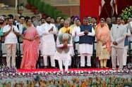 宣誓式に臨んだインドのモディ首相(中央、ニューデリー)=ロイター