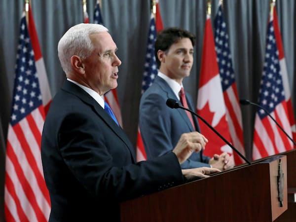 ペンス米副大統領は30日、カナダのトルドー首相と共同で記者会見した(オタワ)=ロイター