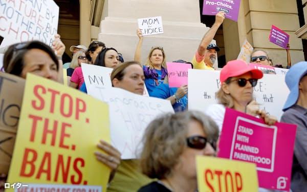 21日、中絶を禁止する州法に抗議する人々(米ジョージア州アトランタ)=ロイター