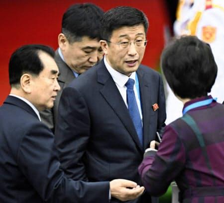 処刑が報じられた北朝鮮の金革哲米国担当特別代表(右から2人目)=共同