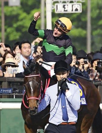 M・デムーロはオークス優勝でクラシック完全制覇を果たした(5月19日、東京競馬場)=共同