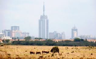 自由貿易協定でアフリカの域内貿易拡大に期待が膨らむ(サイのいる国立公園の向こうに見えるケニアの首都ナイロビ)=ロイター