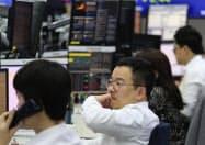 韓国銀行の金融政策は市場の動きに直結する(30日、ソウルの銀行の外国為替ディーリングルーム)
