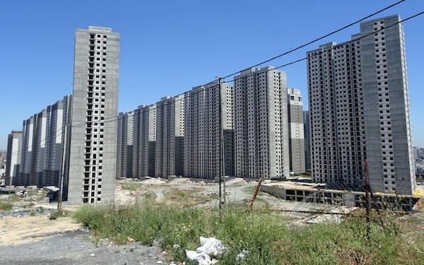 建設途中で放置された集合住宅が立ち並ぶイスタンブール郊外(5月)