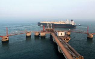 遼寧省大連のターミナルを航行するLNGタンカー=ロイター