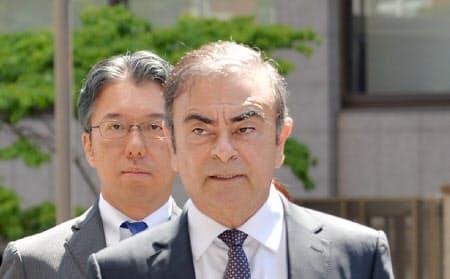 公判前整理手続きのため東京地裁に入るカルロス・ゴーン元会長(5月、東京都千代田区)