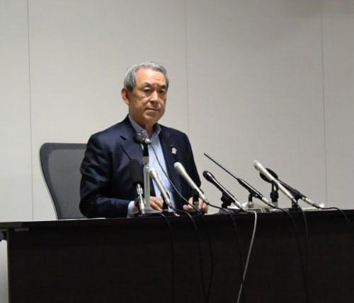 3空港懇後に記者会見する松本座長(5月11日、大阪市内)