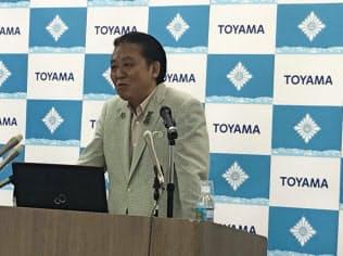 記者会見する富山市の森雅志市長(31日、富山市役所)