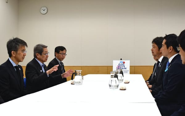 G20貿易・デジタル経済相会合を前に大井川知事、五十嵐市長らと会談する石田総務相(左中央、5月29日、茨城県つくば市)