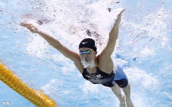 女子400メートル個人メドレー決勝 優勝した大橋悠依のバタフライ(31日、東京辰巳国際水泳場)=共同