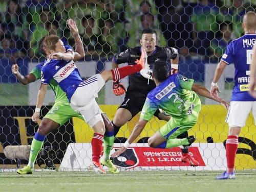 湘南―横浜M 後半、勝ち越しゴールを決める横浜M・仲川=左手前(31日、BMWスタジアム)=共同