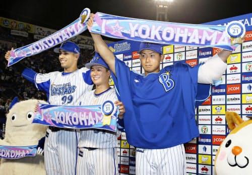 お立ち台でポーズをとるDeNAの(右から)今永、柴田、ソト(31日、横浜)=共同