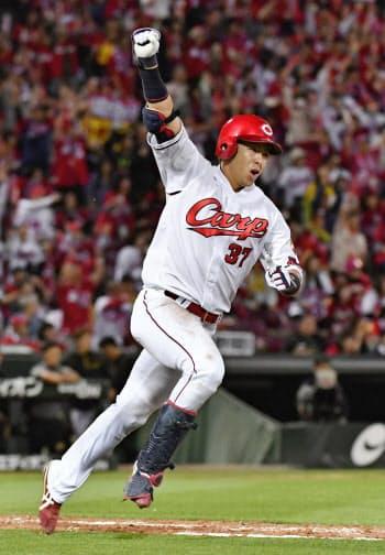 11回広島2死一、二塁、右越えにサヨナラ打を放ちガッツポーズの野間(31日、マツダ)=共同
