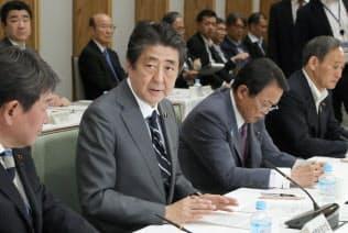 安倍首相(左から2人目)は再チャレンジ支援に熱心だが…